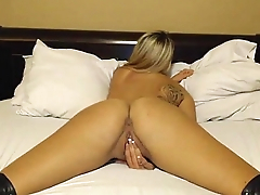 camskiwi.com d diddle fingering and pussy rubbin in bed